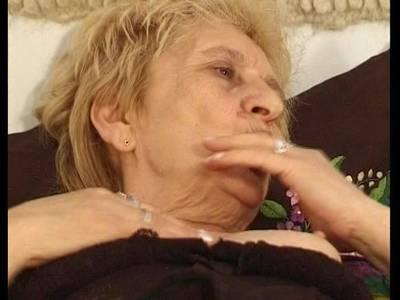 Deutsche blonde Oma wird richtig hart gefickt