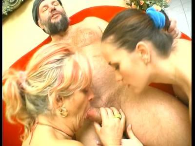 Ein Dreier mit junger und alter Bitch