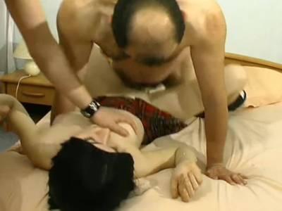 Zwei Handwerker ficken die geile junge Nachbarin