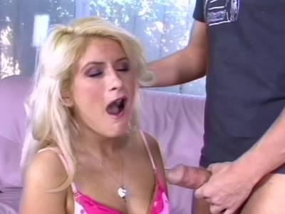 Blonde Amateur Schlampe gibt einen Blowjob und Cumshot
