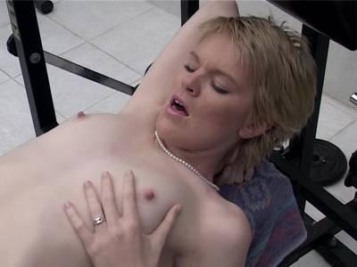 Blondes Luder lässt sich die glatt rasierte Möse hart stopfen