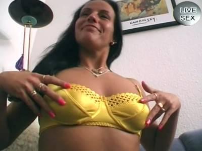 Scharfe Hobbyhure mit kleinen Titten macht eine Schwanzmassage