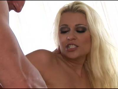 Blonde Sekretärin will geilen Analsex