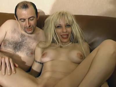 Ein Arschficker fickt das blonde Tittenluder