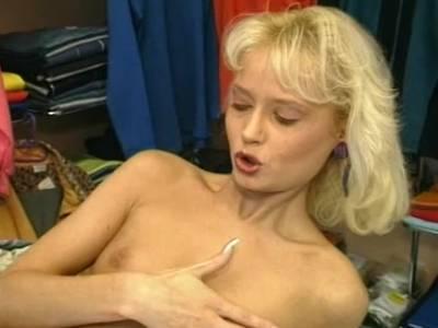 Blonde Ungarin wird in der Boutique in den Arsch geknallt