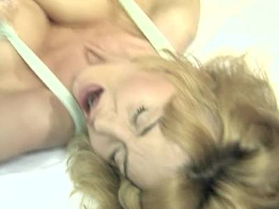 Dolly Buster lässt sich in dem Fickfilm so richtig hart ficken