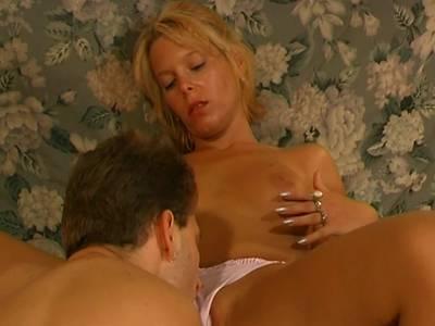 Blondierte Ehefrau lässt sich bumsen und besamen