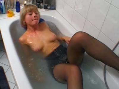 Geile Blonde verwöhnt sich in der Dusche