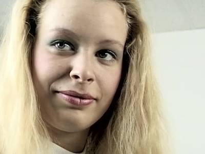 Sexy Blondie Flittchen und scharfe Mutter fingern sich vor der Kamera