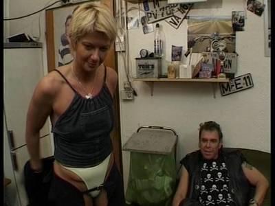 Amateur Luder Andrea lutscht Schwänze beim Gruppenfick