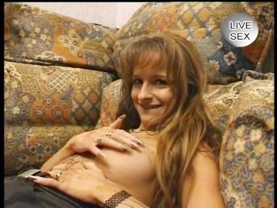 Geil wichst ihm ein nacktes Deutsches Girl den Schwanz