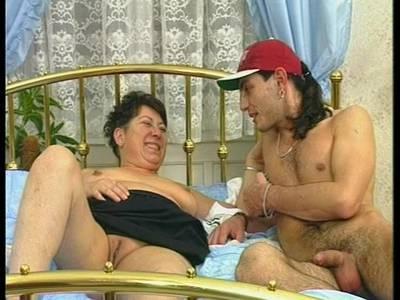 Oma beim Amateursex mit deutschen Pimmel auf dem Fick Bett
