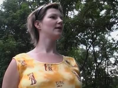 Schwangere spannt den Stecher aus