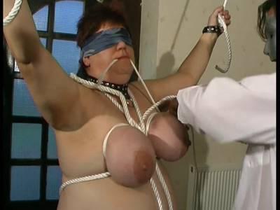 Ältere hübsche Hure zeigt ihren dicken Popo beim brutalen Sex