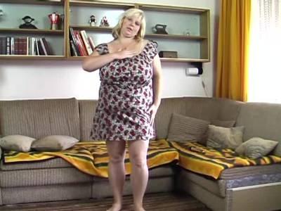 Die dicktittige blonde Milf beim Solosex mit einem Dildo auf der Couch