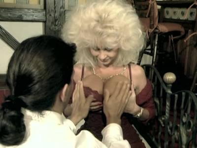 Dolly Buster mit den Mega Titten in den Arsch geknallt