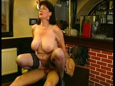 Dralle Titten Milf liebt den Doggyfick beim Sex mit Alt und Jung