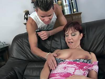 Reifere Dame mit dicken Titten und saftiger Muschi