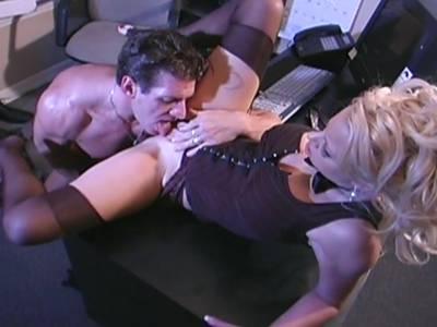 Blondierte in erotischen Dessous lässt sich von einem großen Schwanz ficken