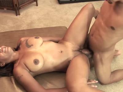 Ebony mit dem dicken Arsch will bumsen nach dem Kehlenfick