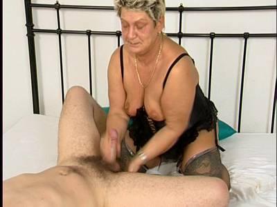 Fickgeile Oma lutscht mir den Pimmel leer