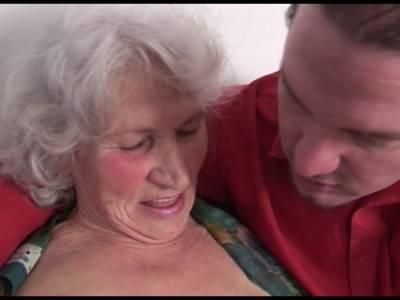 Junger Kerl fickt eine alte Dame richtig durch