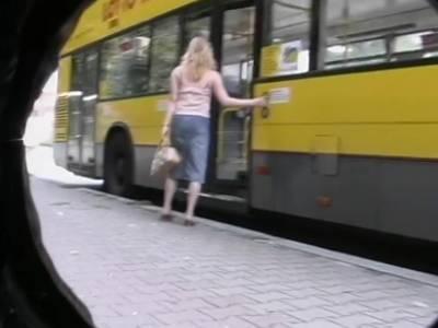 Der Fahrscheinkontrolleur filmt das junge Ding beim Masturbieren