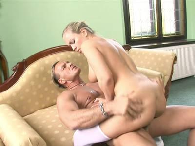 Sexy busty Teen reitet ihren Fickfreund