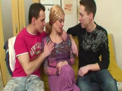 Ein aufregender Anal Dreier für drei Freunde