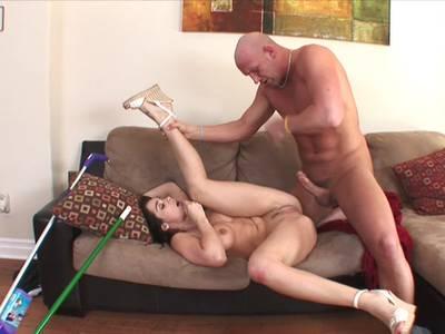 Junges Hausluder saugt den dicken Penis ihres Hausherren
